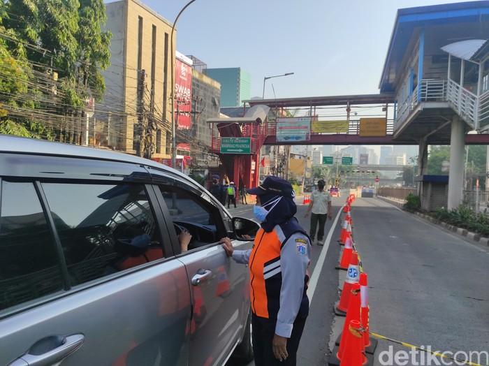 Penyekatan Jl Mampang Prapatan di depan underpass arah Jl HR Rasuna Said, 17 Juli 2021, pagi. (Azhar BR/detikcom)