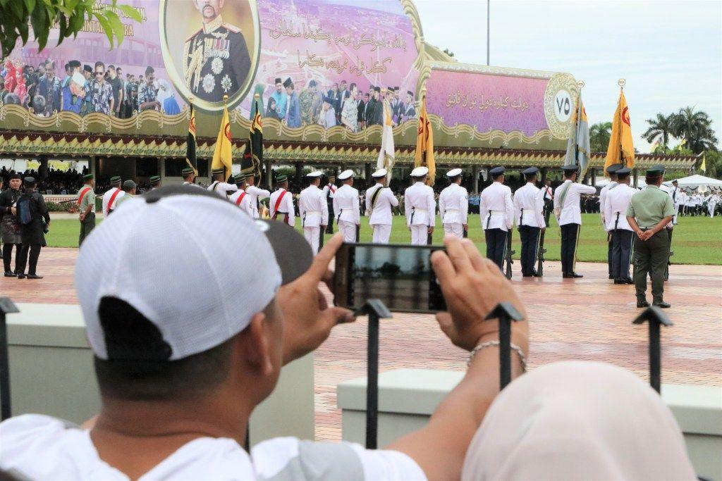 Brunei Darussalam menjadi negara yang mencetak rekor dengan minimkasus COVID-19. Jika ditemukan kasus COVID-19 baru, itu merupakankasus dari negara lain. Usai mencetak rekor, Brunei Darussalammelonggarkan pengetatan dengan mulai menggelar perayaan ulang tahunSultan Brunei Hassanal Bolkiah.