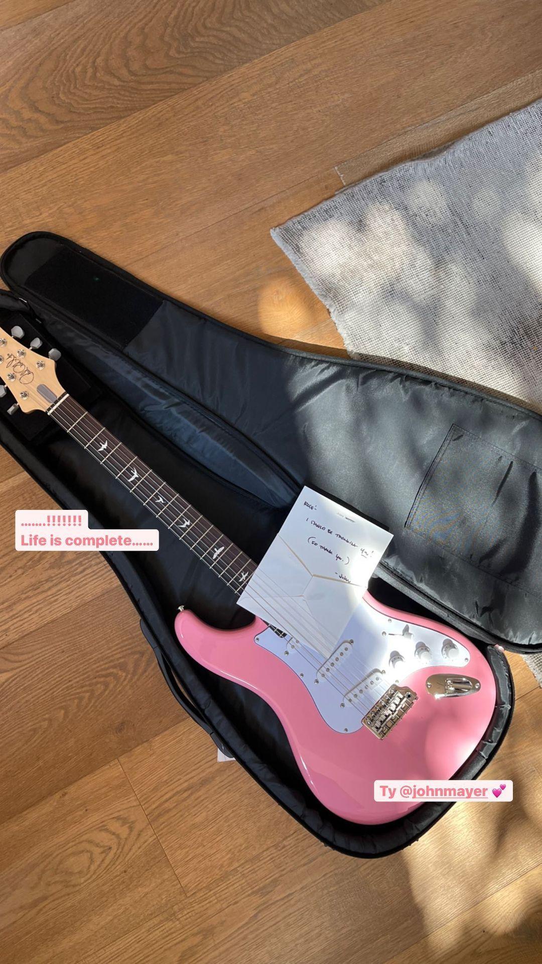 John Mayer beri kado Rosé BLACKPINK gitar pink.