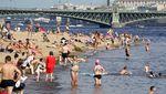 Saat Warga Moskow Basah-basahan Halau Cuaca Panas
