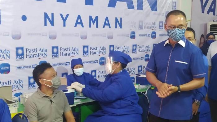 Sekjen PAN, Eddy Soeparno hadiri acara vaksinasi massal COVID-19 yang digelar partainya