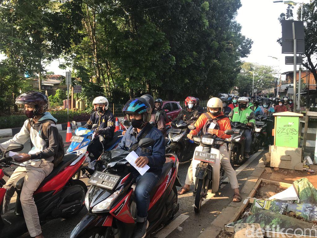 Suasana penyekatan di Jl Lenteng Agung arah Pasar Minggu, Jaksel, 17 Juli 2021, pagi. (Nur Aziza/detikcom)