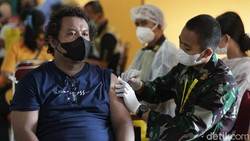 Program vaksinasi COVID-19 terus digencarkan guna mencapai herd immunity. Warga pun antusias mengikuti vaksinasi COVID-19 di Terminal Pulo Gebang.