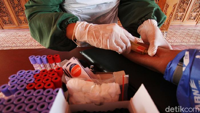 Sejumlah penyintas COVID-19 di Solo ikut serta dalam aksi donor plasma konvalesen. Kegiatan itu dilakukan untuk bantu ketersediaan stok plasma konvalesen PMI.