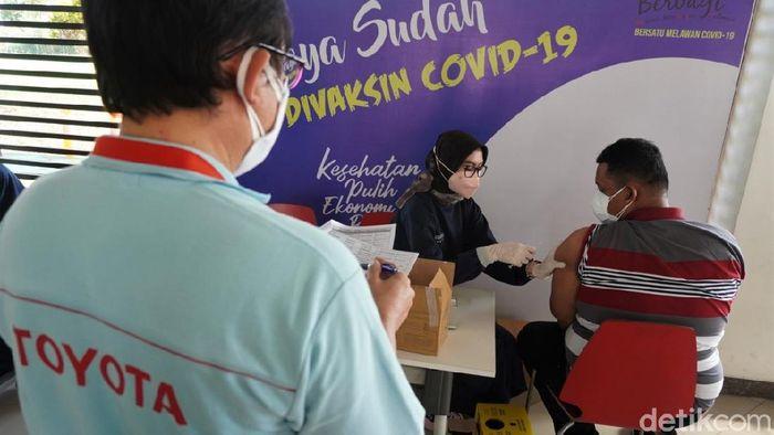 PT Toyota Motor Manufacturing Indonesia gelar program vaksinasi COVID-19 gratis di Karawang. Kegiatan itu digelar guna memutus rantai penyebaran virus Corona.