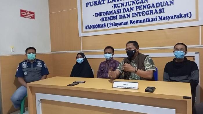 Asep Lutfi Suparman (Pinggir sebelah kanan)