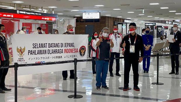 Kedatangan 13 atlet serta 11 pelatih dan ofisial Indonesia untuk Olimpiade Tokyo di Bandara Narita Tokyo Jepang Minggu (18/7). Foto KBRI Tokyo. Dubes RI untuk Jepang Heri Akhmadi datang langsung ke bandara untuk menyambut