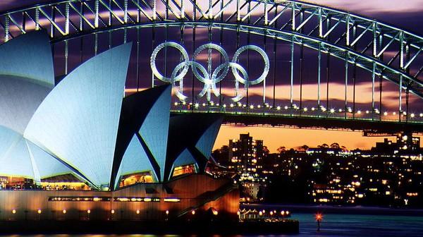 Pemandangan matahari terbenam yang terlihat dari bangunan Sydney Opera House, tampak memanjakan mata. Gedung Opera yang jadi salah satu bangunan ikonik di Australia ini diketahui dirancang oleh seorang arsitek Denmark bernama Jorn Utzon dan dibuka oleh Ratu Elizabeth II pada 20 Oktober 1973. Nick Wilson/Getty Images.