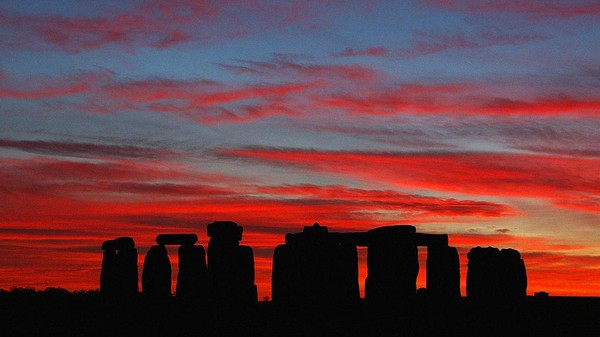Penampakan matahari terbenam di Stonehenge, Inggris. Mike Hewitt/Getty Images.