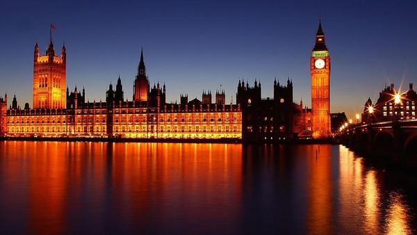 Potret Gedung Parlemen di Kota London yang dipotret saat matahari terbenam. Julian Finney/Getty Images.