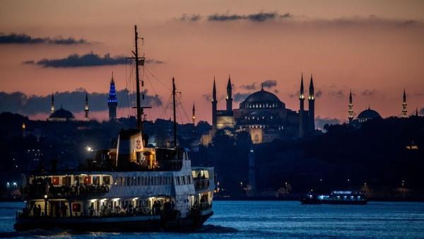 Pemandangan Hagia Sophia dengan latar belakang matahari terbenam di Istanbul, Turki. Chris McGrath/Getty Images.