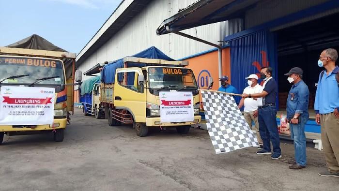 Perum BULOG mulai menyalurkan tambahan bantuan beras PPKM 2021. Di Jawa Timur, ada 3.198.864 keluarga penerima manfaat (KPM) yang akan menerima bantuan tersebut.