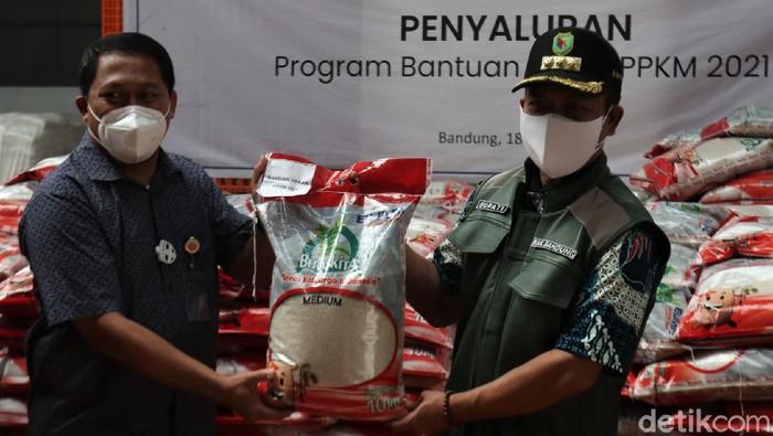 Bulog mulai salurkan bantuan beras untuk warga Jawa Barat terdampak PPKM Darurat. Bantuan beras itu diharapkan dapat bantu warga yang terdampak PPKM Darurat.