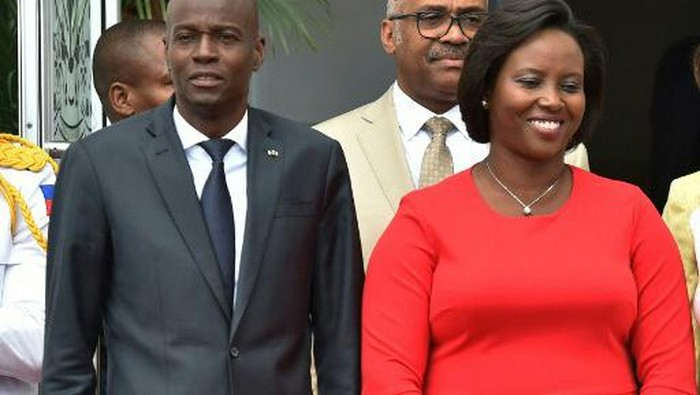 (FILES) In this file photo taken on May 23, 2018, Haitian President Jovenel Moise (L) and Haitian First Lady Martine Moise are seen at the National Palace in Port-au-Prince, Haiti. - The widow of Haitis slain president Jovenel Moise returned home on July 17, 2021 after being treated in Florida for wounds she suffered in the attack, an official said. (Photo by HECTOR RETAMAL and HECTOR RETAMAL / AFP)