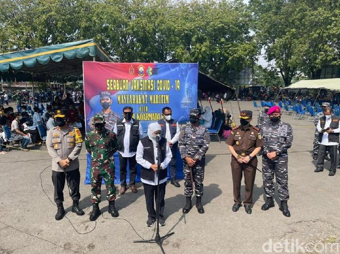 Forkopimda Jatim meninjau vaksinasi COVID-19 di Jalajaya Koarmada II, Jalan Jakarta, Surabaya. Ada 1.200 masyarakat maritim di wilayah Perak yang divaksin.