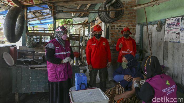Badan Intelijen Negara (BIN) menggelar vaksinasi COVID-19 secara door to door serentak di enam Provinsi di Indonesia salah satunya di Riau.