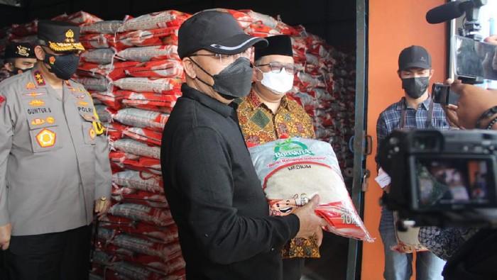 Gubernur Bengkulu salurkan bansos beras ke warga (Foto: Hery/detikcom)