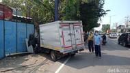 Mobil Boks Tabrak Tiang Reklame di Sidoarjo, Sopirnya Tewas