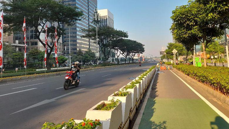 Kondisi Jalan Sudirman Jakarta yang sepi saat PPKM Darurat