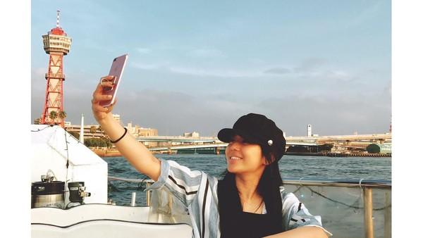 Sora pernah berkunjung ke kota Fukuoka. Di sana dia menghabiskan waktu dengan menikmati senja dari atas kapal, sambil selfie-selfie dong! (Instagram/@aoi_sola)