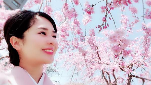 Sora Aoi dan bunga sakura. Sejak pensiun sebagai bintang porno, Sora disibukkan dengan kegiatan mengurus 2 anak. Tapi itu tidak membuat Sora kehilangan kecantikannya. (Instagram/@aoi_sola)