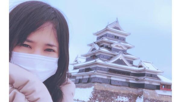 Sora berfoto dengan latar Kastil Matsumoto di Nagano. Semoga satu saat nanti keinginanSora tinggal di Bali bisa terwujud ya traveler! (Instagram/@aoi_sola)
