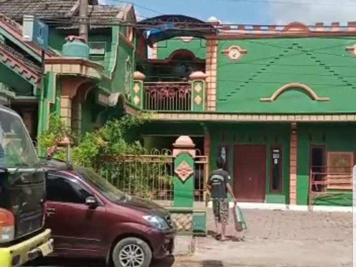 Mantan anggota DPRD Jember H Sanusi Mochtar Fadilah ditemukan meninggal di kamar rumahnya. Sebelumnya, Sanusi diketahui tengah menjalani isolasi mandiri (isoman) karena positif COVID-19.