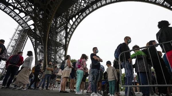 Wisatawan mengantre untuk naik Menara Eiffel. (AP Photo/Michel Euler)
