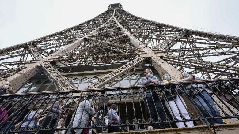 Menara Eiffel dibuka