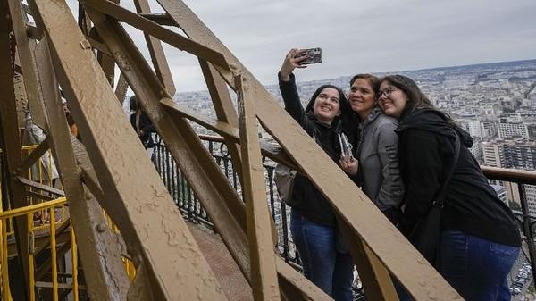 Kapasitas harian Menara Eiffel dibatasi menjadi 13 ribu orang, sekitar separuh dari kuota saat kondisi normal. Itu sebagai pelaksanaan protokol kesehatan. (AP Photo/Michel Euler)