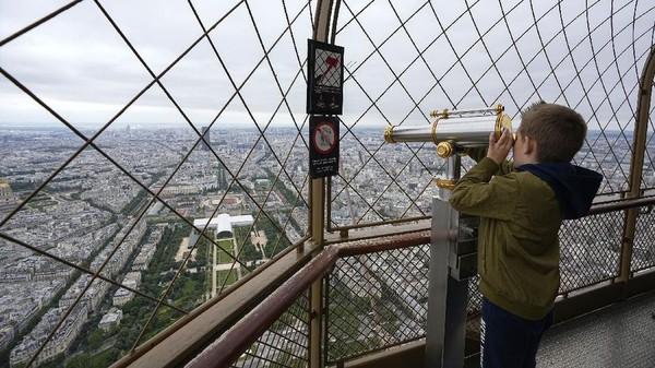 Penutupan panjang Menara Eiffel telah menyebabkan paceklik keuangan dari perusahaan pengelola monumen tersebut atas nama Kota Paris, Sete. (AP Photo/Michel Euler)