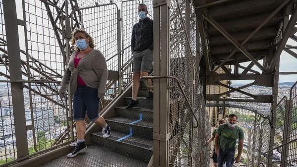 Pencabutan penutupan Menara Eiffel itu memungkinkan wisatawan untuk menikmati view Paris dari ketinggian di 300 meter.(AP Photo/Michel Euler)