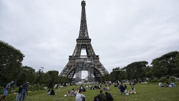 Menara Eiffel dibuka lagi mulai Jumat (16/7) setelah tutup selama sembilan bulan karena pandemi Covid-19.(AP Photo/Michel Euler)