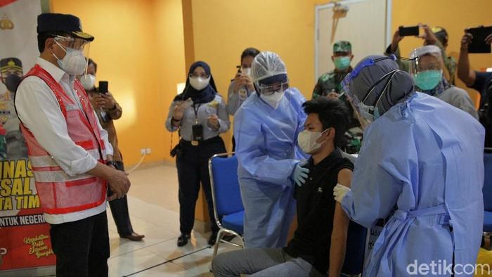 Menhub Budi Karya Sumadi meninjau sentra vaksin di Terminal Pulo Gebang. Program vaksinasi itu targetkan 10.000 orang menerima vaksin COVID-19 dosis pertama.