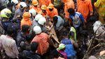 Momen Evakuasi Korban Longsor di Permukiman Kumuh India