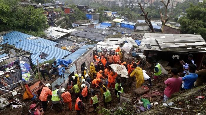 Hujan lebat menyebabkan longsor di area permukiman kumuh Mumbai, India. Sejumlah orang dilaporkan tewas akibat kejadian tersebut.