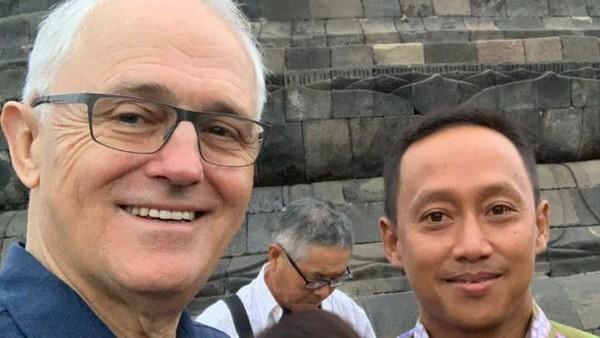 Candi Borobudur pun jadi kawah candradimuka bagi Mura. Meski kadang masih ketakutan tidak bisa bicara, Mura tak pernah menyerah. Sampai akhirnya dia dipercaya mendampingi tamu-tamu VVIP. Salah satunya PM Australia, Malcolm Turnbull. (Mura Aristina/Istimewa)