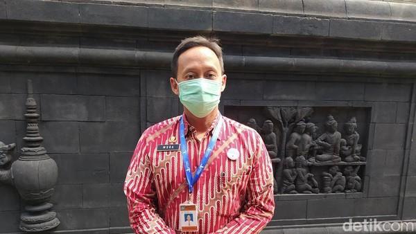 Mura Aristina (39) dulu berprofesi jadi tukang sapu di Candi Borobudur. Namun berkat keinginan belajar yang kuat, kini Mura naik pangkat menjadi guide untuk tamu-tamu VVIP yang berkunjung