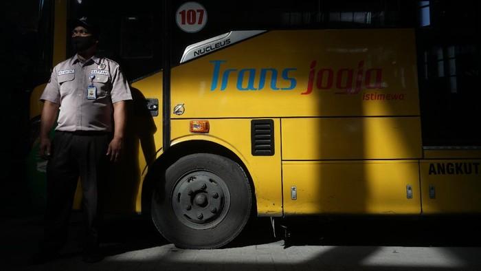 Bus Trans Jogja berhenti beroperasi hingga berakhirnya PPKM Darurat. Hal itu dilakukan guna menekan mobilitas warga selama pemberlakuan PPKM Darurat.