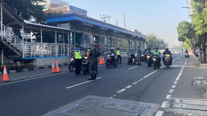 Situasi Penyekatan di Mampang, Jaksel, Minggu (18/7)