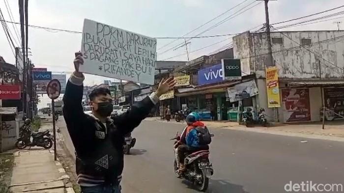 Soerang pedagang di Sukabumi turun ke jalan mengeluhkan penerapan PPKM Darurat.
