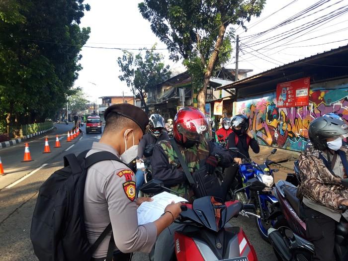 Suasana Penyekatan PPKM Darurat di Lenteng Agung Jaksel (Foto: Rakha/detikcom)