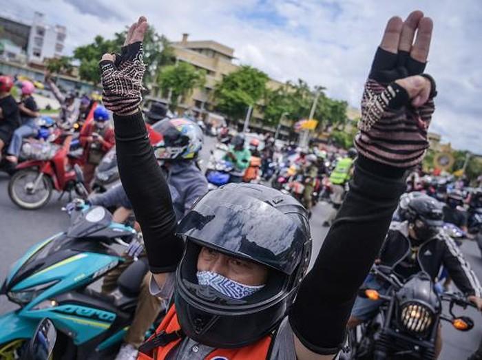 Sejumlah warga gelar aksi unjuk rasa di Bangkok, Thailand, saat lockdown tengah diberlakukan. Mereka tuntut PM Prayuth Chan-o-Cha mundur dari kursi jabatannya.