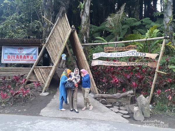 Pose di depan gerbang masuk Tuur Maasering