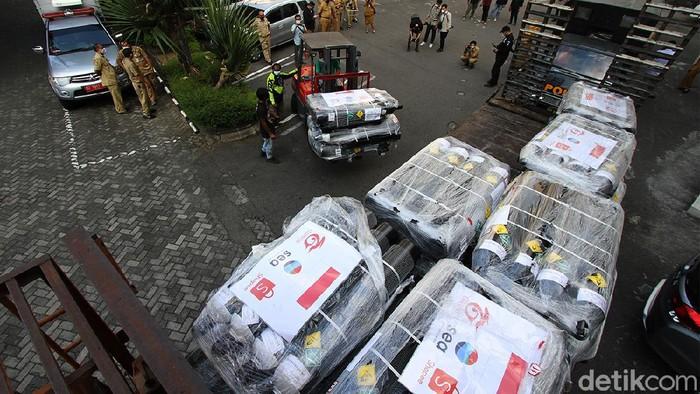 Bantuan 200 tabung oksigen dari Singapura untuk Pemkot Solo sempat tertahan di pabean Bandara Adi Soemarmo karena dinilai bermasalah secara administrasi.