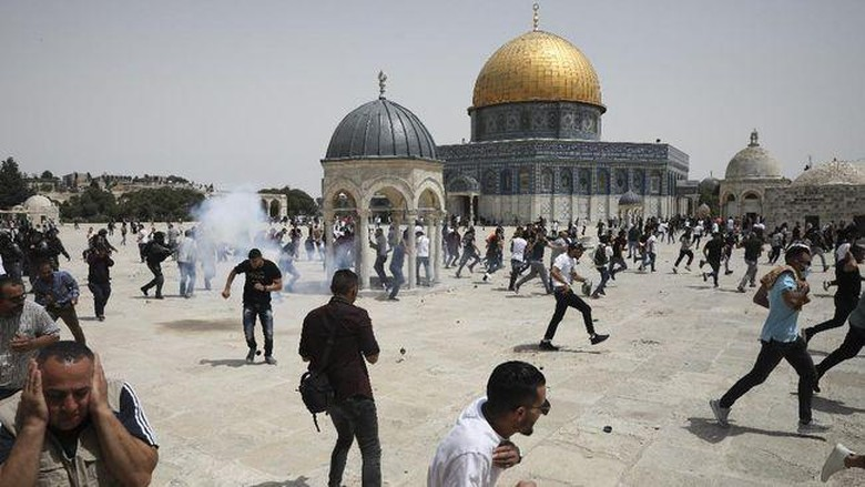 Polisi Israel Usir Warga Palestina Salat Zuhur di Al-Aqsa.