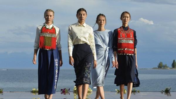 Desainer asal Rusia Kima Dongak pamer hasil karyanya.