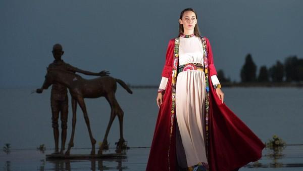 Danau Issyk-Kul dengan pesona keindahaannya dipilih menjadi karpet merah peragaan busana tersebut.