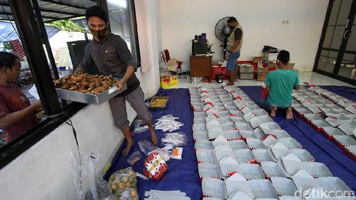 Relawan Tagana dan Dinas Sosial telah membuat dapur umum di Solo, Jawa Tengah, Senin (19/7). Dapar umum itu memasak makanan untuk warga yang sedang dikarantina.