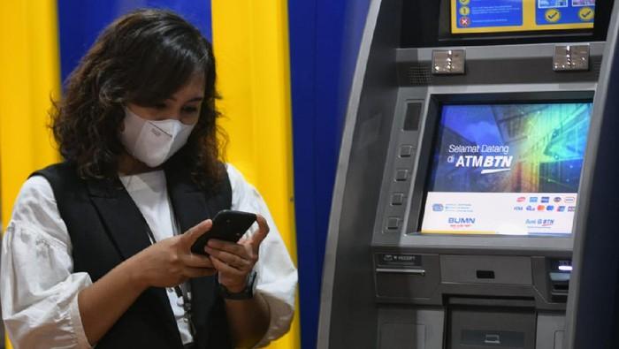 Seorang nasabah PT Bank Tabungan Negara (Persero) Tbk. sedang mengakses layanan mobile banking Bank BTN di Jakarta, Senin (19/7). Dalam rangka mendukung Pemerintah menekan laju penularan Covid-dengan Pemberlakuan Pembatasan Kegiatan Masyarakat (PPKM) yang masih terus diterapkan, Bank BTN mengoptimalkan layanan digital banking, seperti mobile banking, internet banking serta ATM. Bank BTN juga menambah  fitur Cardless Withdrawal, dimana nasabah dapat melakukan transaksi tarik tunai tanpa kartu di ATM, serta QRIS, fitur yang memudahkan nasabah bertransaksi dengan  memindai QR Code melalui aplikasi mobile banking BTN. Jumlah transaksi mobile banking Bank BTN tercatat melonjak hingga 52% yoy menjadi 65,62 juta transaksi pada bulan Juni 2021 atau naik dari 43,14 juta transaksi pada Juni 2020.